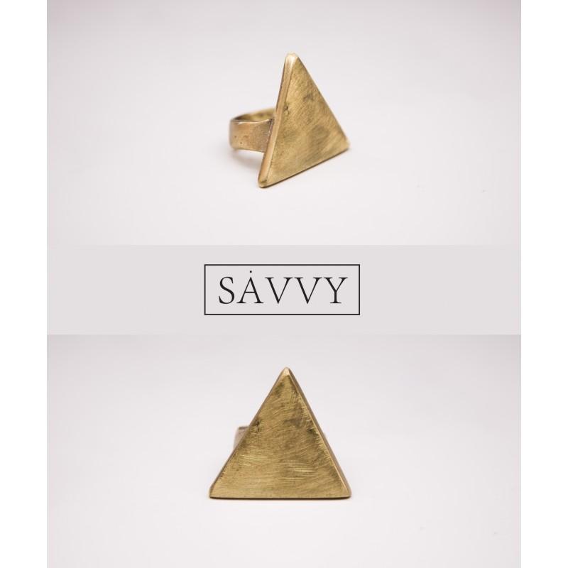pierscionek-z-piramida-plaska-savvy