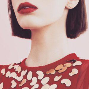 Broszki KOPI naczerwonej sukience