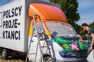 Fu-Ku Fashion Truck jest malowany naStrumień Festival
