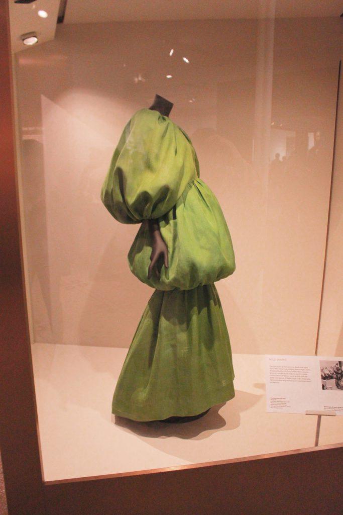 Architektoniczna suknia Cristobala Balenciagi nawystawie wVictoria & Albert Museum wLondynie.