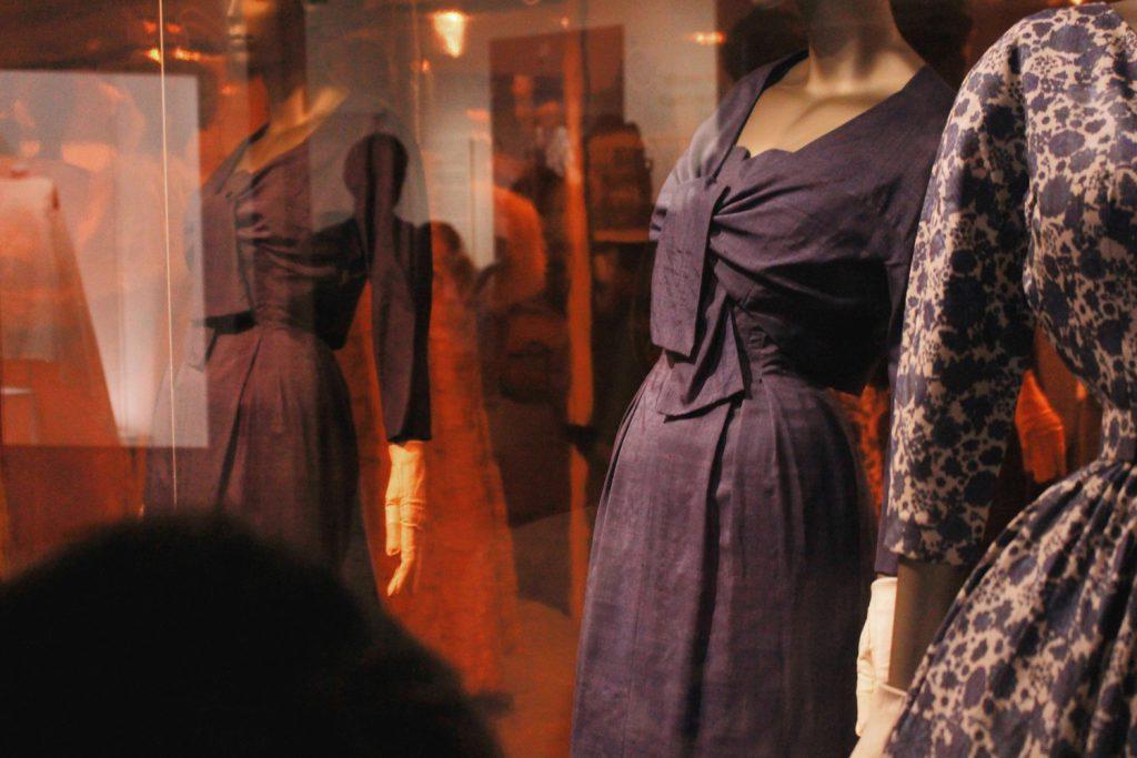 Wystawa strojów Cristobala Balenciagi wV&A Museum wLondynie.
