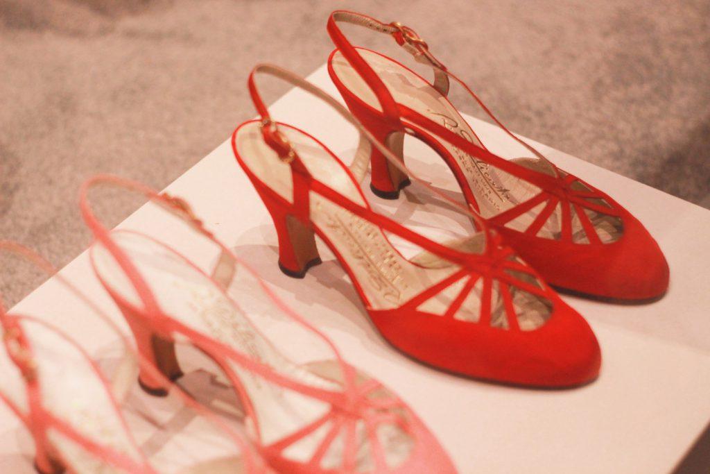 Buty autorstwa Cristobala Balenciagi nawystawie wLondynie.