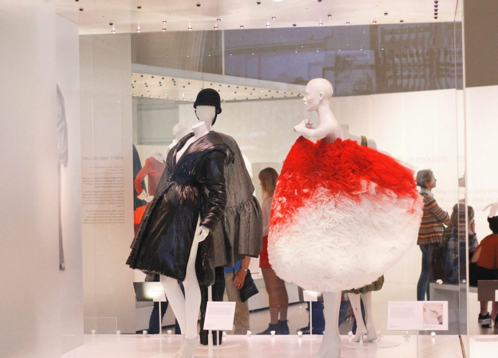 Współcześni projektanci interpretują styl Cristobala Balenciagi.
