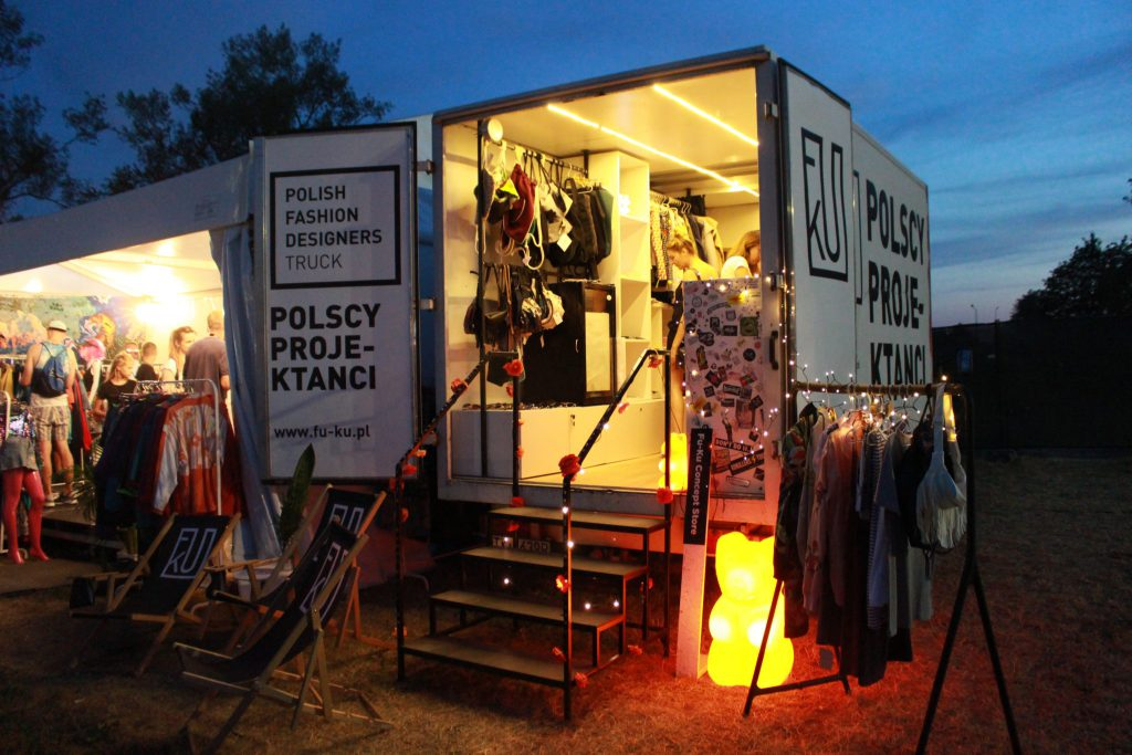 Fu-Ku Fashion Truck naKraków Live Festival wieczorem
